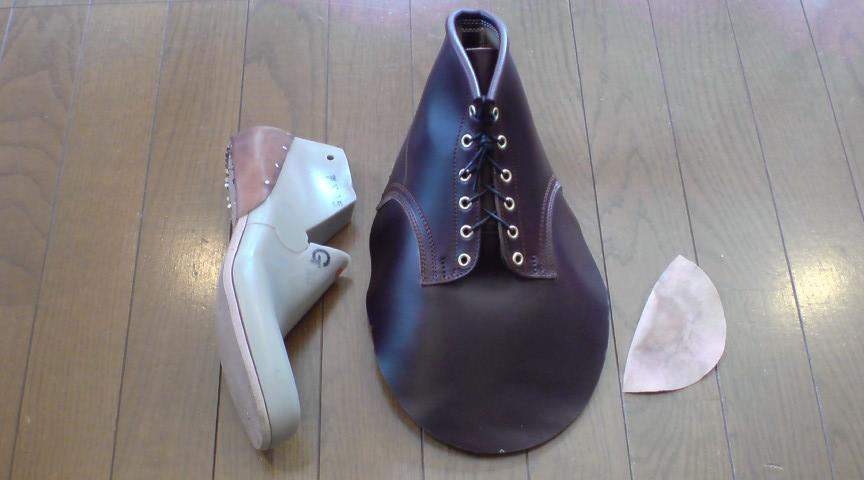 縫製したアッパーを木型に添わすラスティング(釣り込み)という作業です。靴のフォルムや履き心地を左右する靴作りで大変重要な工程であり  毎回、苦痛と発見と快感が